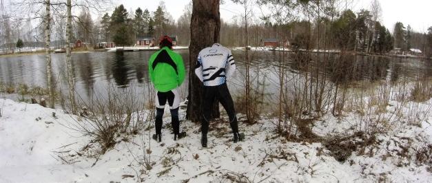Elias och Joel kände verkligen att det var läge att kliva av cyklarna och inspektera stranden i Torsång lite närmare en dag.